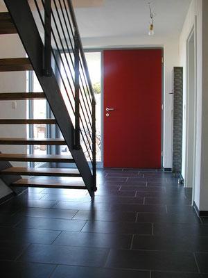 Effizienzhaus Obernbreit- Detail Stahltreppe und Eingangsbereich
