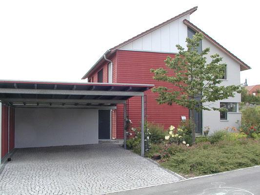Plusenergie-/Passivhaus Willanzheim - Ost-Ansicht mit Carport (Gründach)