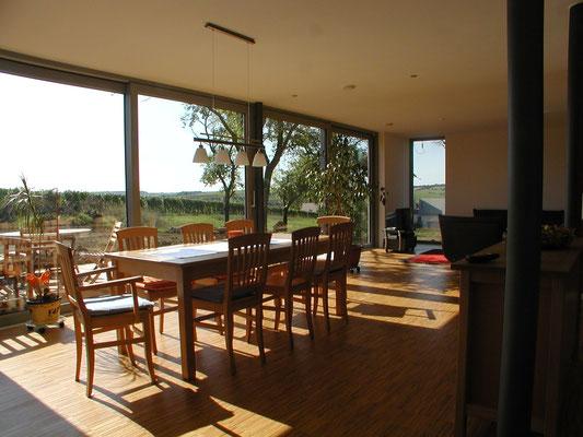 Effizienzhaus Obernbreit- Detail Wohn-/Essbereich mit weitöffnenden Schiebefenstern zum Garten