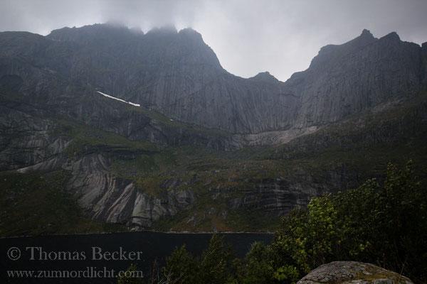 Die fast senkrechte Wand führt bis zum 934 Meter hohen Gipfel des Berges.