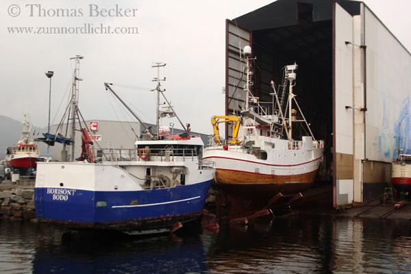 Zwei Schiffe werden in ein Trockendock gefahren.