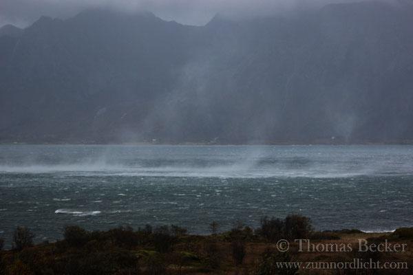 Der Sturm peitscht das Meer auf.