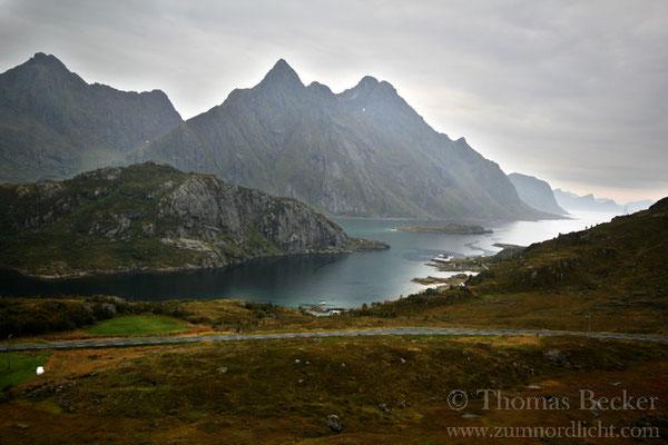 Der Steinsfjord mit dem 964 Meter hohen Himmeltindan im Hintergrund.