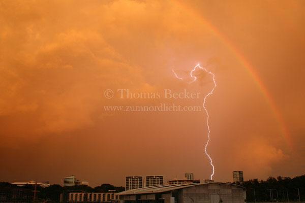 Blitzeinschlag mit Regenbogen während der Morgendämmerung in Darwin, Australien - G16