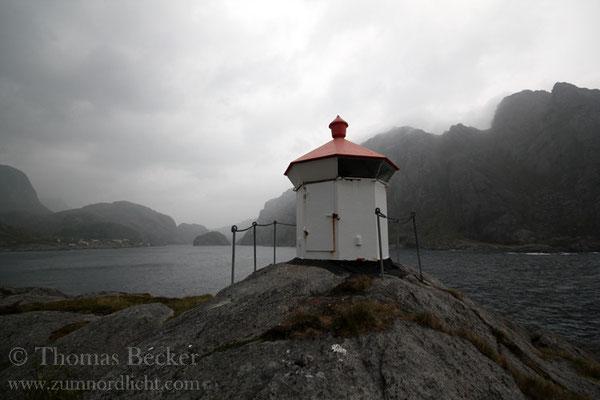 Das Leuchtfeuer am Eingang des Nusfjords.