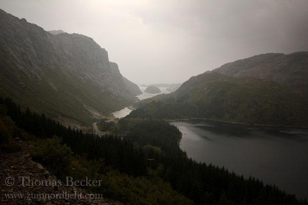 Der Storvatnet rechts mündet in den Nusfjord links.