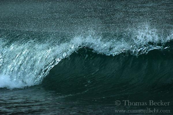 Brechende Welle am Strand von Storsandnes.
