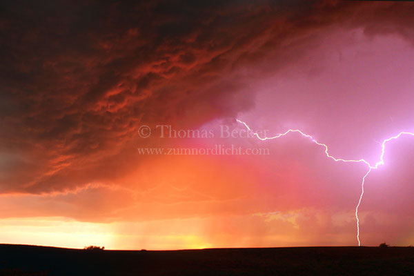 Blitzeinschlag während der Abenddämmerung im US-Bundesstaat Oklahoma - G22