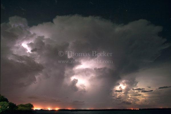 Von Blitzen erleuchtete Gewitterlinie nähert sich Darwin in Australien - G28