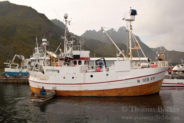 Ein norwegisches Walfangschiff in Ballstad.