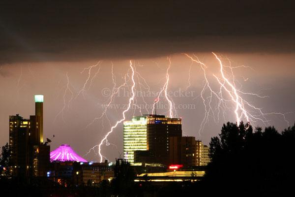 Blitzeinschläge hinter dem Potsdamer Platz in Berlin - G2