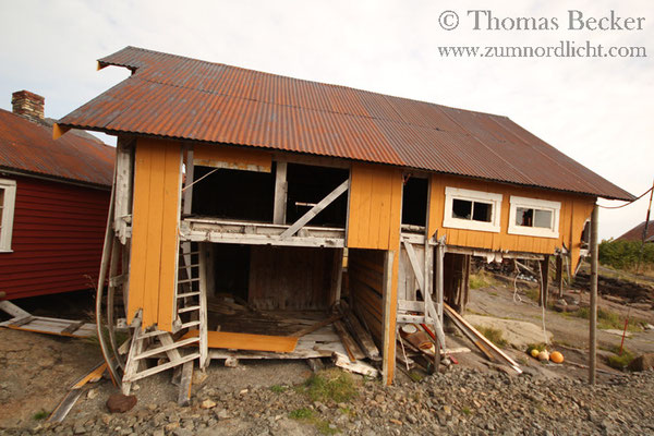 Verlassenes und zerstörtes Haus in Nesland.