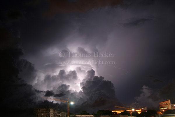 Von Blitzen beleuchteter Aufwindturm eines Gewitters über Darwin in Australien - G17
