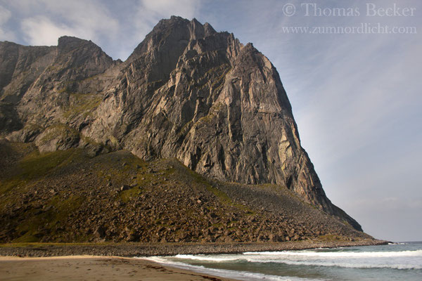 Auch auf der Südseite wird der Strand von Bergriesen begrenzt.