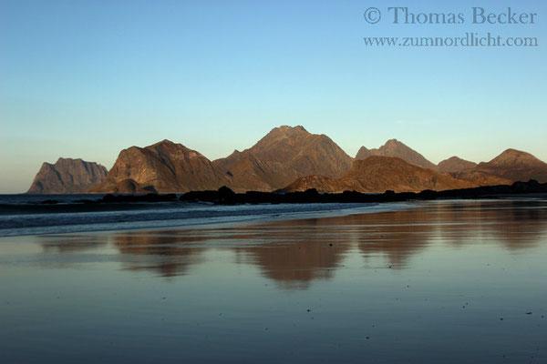 Spiegelungen am Strand von Storsandnes.