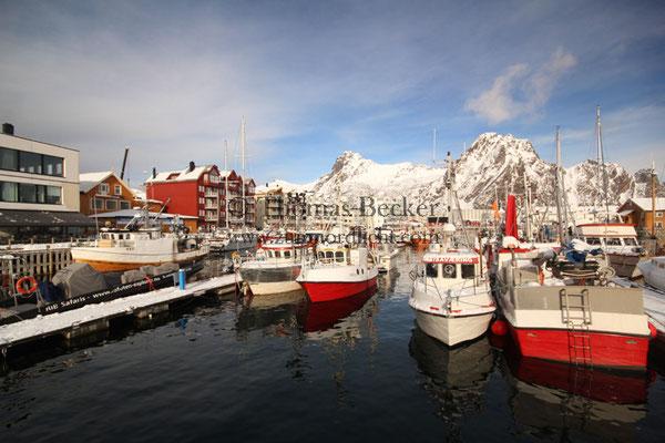 Die Hafenpromenade von Svolvear - L13