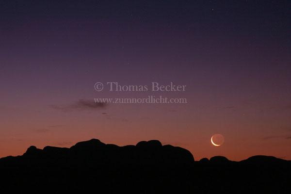 Untergang der Mondsichel über den Bergen der Kata Tjuta (Australien) - A5