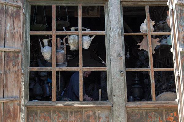 Azerbaijan - Fenster eines Kupferschmiedes von Lahij