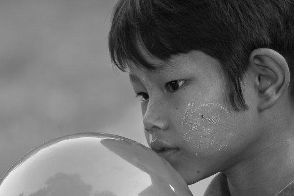 Myanmar people- Junge mit Ballon