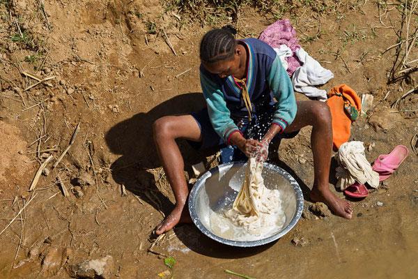 Madagaskar: Waschen am Fluss