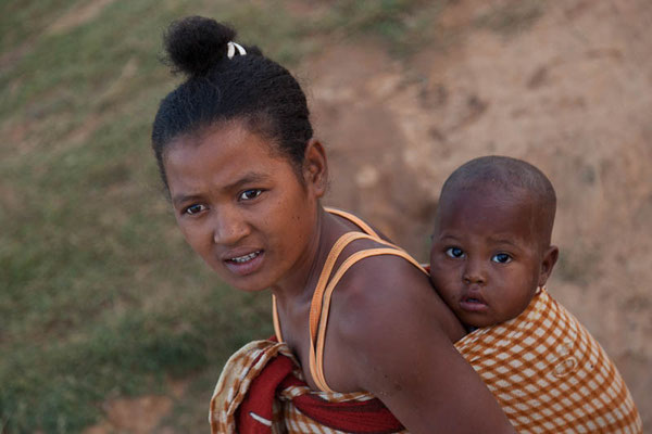 Madagaskar: Junge Mutter mit Kind