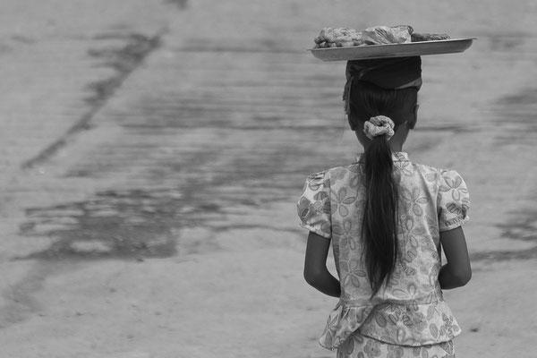 Myanmar people - junge Frau mit Nahrungsmitteln auf dem Kopf