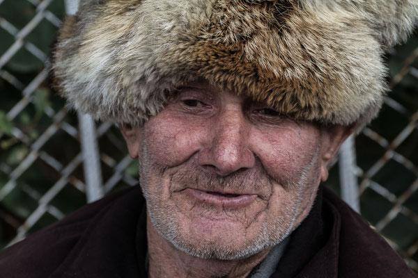 Azerbaijan - Mann vor dem Khan-Palast in Sheki