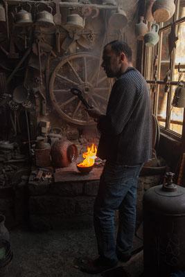 Azerbaijan - In der Werkstatt eines Kupferschmiedes in Lahij