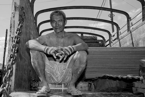 Myanmar people - Mann auf LKW-Ladefläche am Inle Lake