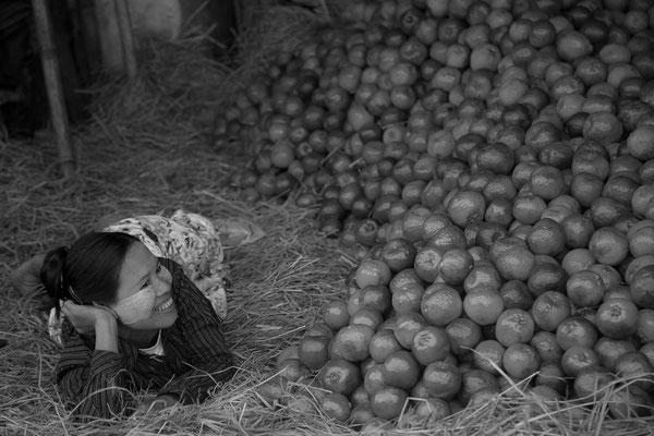 Myanmar people - junge Frau mit Orangen