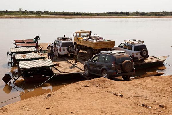 """Madagaskar: Unterwegs mit """"unserem"""" Allrad-Fahrzeug und Fahrer """"Le Petit"""" zur Fähre"""