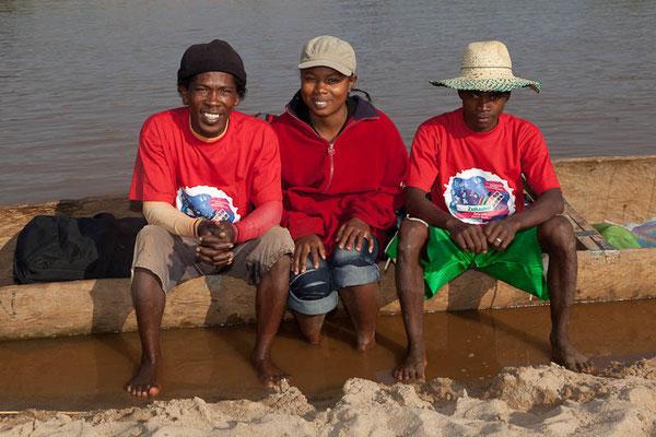 Madagaskar: Unser Pirogen-Guide Nony und seine Truppe mit Raiffeisen-T'Shirts