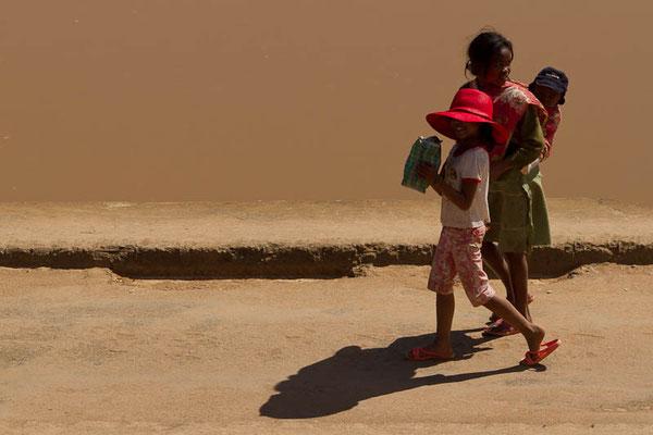 Madagaskar: Kinder auf einer beschädigten, ungesicherten Steinbrücke ...