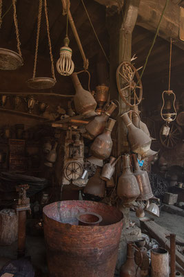 """Azerbaijan - """"Allerlei"""" in der Werkstatt eines Kupferschmiedes in Lahij"""