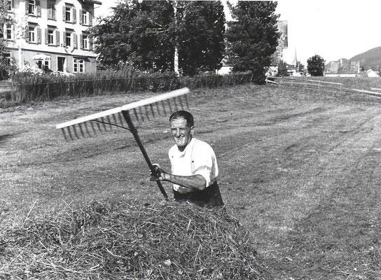 GAIS - Mein Grossvater Johann Manser beim Heuen - vor dem Haus an der Langgasse 57, welches unsere Familie im 1988 gekauft hat