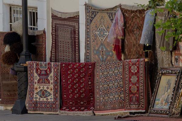 Azerbaijan - Teppiche in den Gassen der Altstadt von Baku