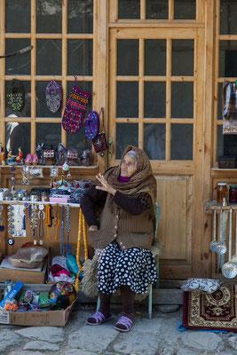 Azerbaijan - Einwohnerin von Lahij vor ihrem Laden