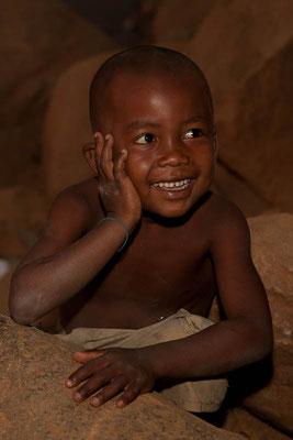 Madagaskar: Fröhlicher Junge am Fluss Tsiribihina