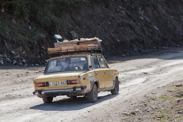 Azerbaijan - Auf der Fahrt von Sheki nach Lahij durch tiefe Schluchten und entlang von steilen Wänden