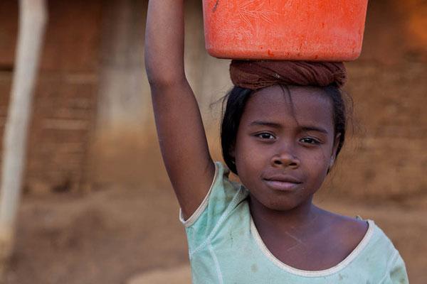Madagaskar: Junges Mädchen bei der Arbeit