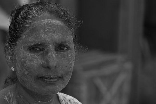 Myanmar people - Frau mit Thanaka-Paste als Sonnenschutz