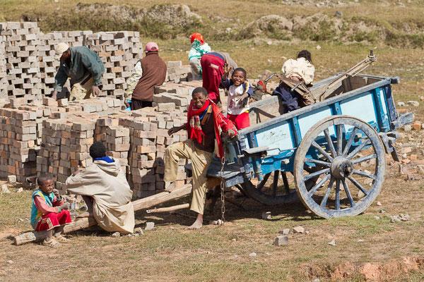 Madagaskar: Auch bei schwerer Arbeit wird gelacht. Ziegelherstellung in der Nähe von Antananarivo.