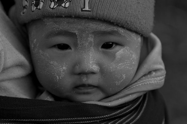 Myanmar people - kleines Kind mit Thanaka-Paste als Sonnenschutz - im Norden von Myanmar - Putao