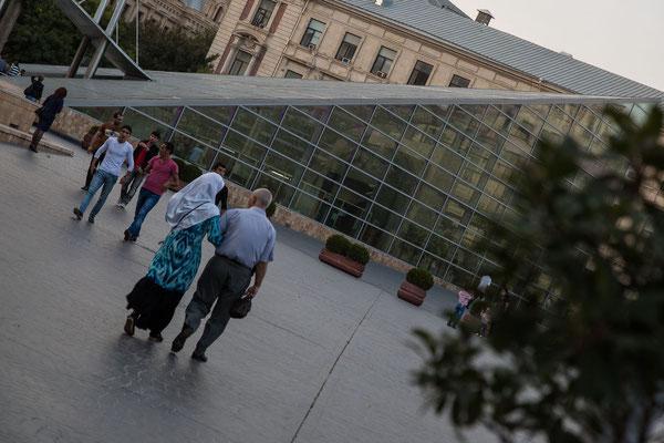 Azerbaijan - Die futuristische Metro beim Eingang zur Altstadt von Baku