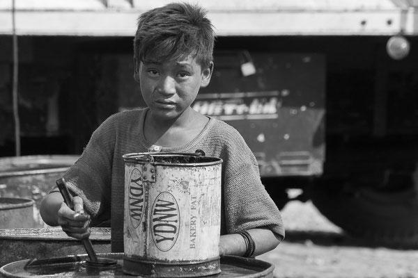 Myanmar people - arbeitender Junge