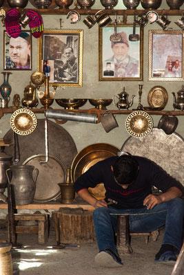 Azerbaijan - Kupferschmied von Lahij bei der Arbeit