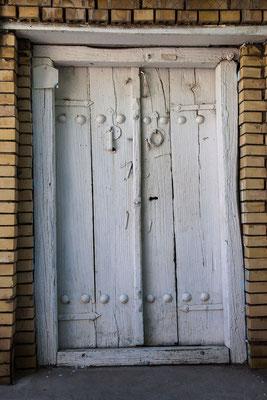 Azerbaijan / Aserbaidschan - typische Tür mit Männer und Frauen-Türklopfer in der autonomen Republik Nakhchivan