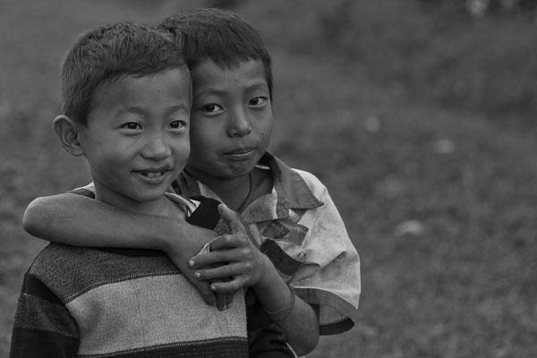 Myanmar people - spielende Kinder im Norden von Myanmar - Putao