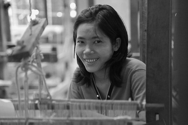 Myanmar people - junge Frau in Textilfabrik
