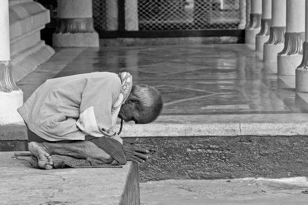 Myanmar people - betender Mann in der Shwedagon Pagode in Rangun - Yangon